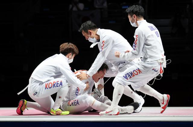 한국 펜싱 남자 에페 대표팀 선수들이 30일 일본 마쿠하리메세 홀에서 열린 도쿄올림픽 펜싱 남자 에페 단체 동메달 결정전에서 중국을 꺾은 뒤 기뻐하고 있다. 연합뉴스