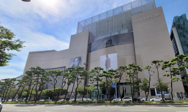 30일 부산 해운대구에 있는 신세계백화점 센텀시티점. 이 백화점 한 명품 매장 직원들이 잇따라 신종 코로나바이러스 감염증(코로나19)에 확진되는 일이 벌어졌다. 연합뉴스