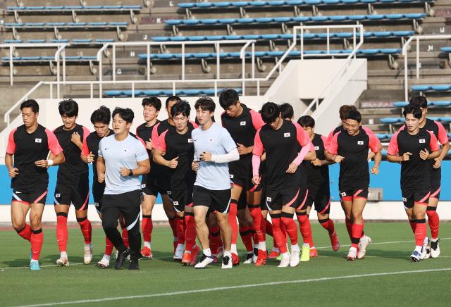 30일 도쿄올림픽 남자 축구 멕시코의 8강전을 하루 앞둔 한국 선수들이 요코하마 미쭈자와 훈련장에서 몸을 풀고 있다. 연합뉴스