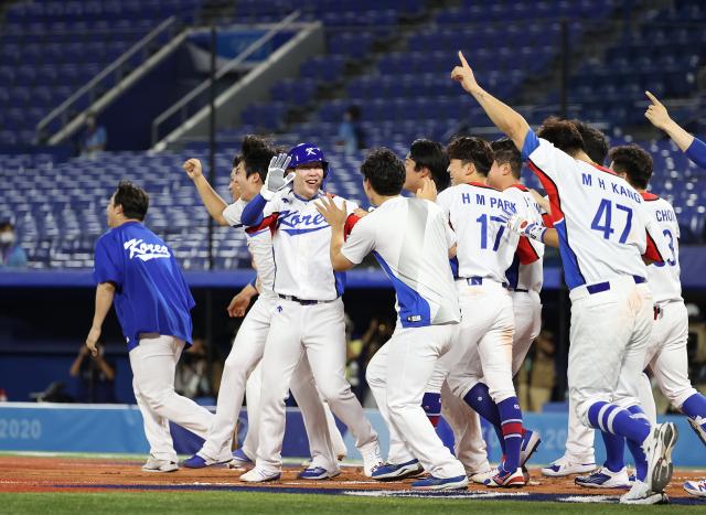 29일 일본 요코하마 스타디움에서 열린 도쿄올림픽 야구 B조 조별리그 1차전 한국과 이스라엘의 경기. 연장 10회말 승부치기 2사 만루 상황 양의지가 몸에 맞는 공으로 득점하며 승리를 거두자 한국 선수들이 환호하고 있다. 연합뉴스