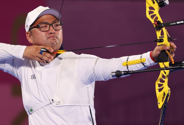 올림픽 양궁대표팀 김우진이 28일 일본 도쿄 유메노시마공원 양궁장에서 열린 도쿄올림픽 남자 개인전 64강에서 헝가리의 머처시 러슬로 벌로그흐를 상대로 경기를 하고 있다. 김우진은 6-0(27-26 27-25 29-25)으로 이겨 32강에 진출했다. 연합뉴스