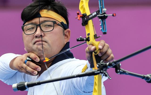 양궁 국가대표 김우진이 31일 일본 유메노시마 공원 양궁장에서 열린 도쿄올림픽 남자 양궁 개인전 16강 카이룰 모하마드(말레이시아)와의 경기에서 활시위를 당기고 있다. 연합뉴스