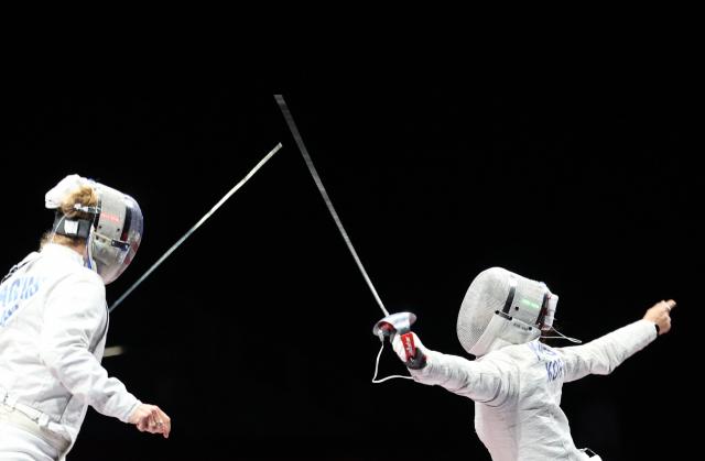26일 마쿠하리 메세홀에서 열린 도쿄올림픽 펜싱 여자 사브르 16강전에서 한국 김지연이 미국 마리엘 자구니스와 경기를 펼치고 있다. 연합뉴스