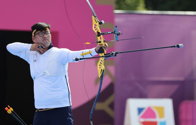 양궁 국가대표 김우진이 31일 일본 유메노시마공원 양궁장에서 열린 도쿄올림픽 남자 양궁 개인전 8강 당즈준(대만)과의 경기에서 활시위를 놓고 있다. 연합뉴스