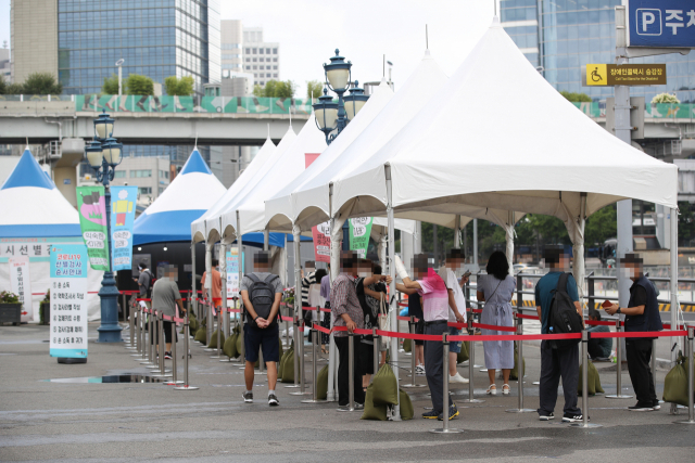 31일 오전 서울역 광장에 마련된 중구임시선별검사소에서 시민들이 검사를 받기 위해 기다리고 있다. 연합뉴스