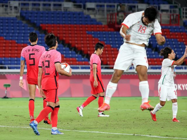 31일 요코하마 국제경기장에서 열린 도쿄올림픽 남자축구 8강전 대한민국과 멕시코의 경기. 후반전 아귀레에게 골을 허용한 한국 선수들이 아쉬워하고 있다. 연합뉴스