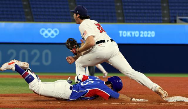 31일 일본 요코하마 스타디움에서 열린 도쿄올림픽 야구 B조 예선 한국과 미국의 경기. 2-4로 뒤진 9회초 2사 2루, 허경민이 내야땅볼 후 1루에서 아웃되고 있다. 연합뉴스
