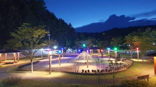 안동시는 안동시립민속박물관 마당 유아숲놀이터에 야간 경관조명을 설치해 안도지역 최고 가성비의 힐링공간으로 탈바꿈시켰다. 안동시 제공