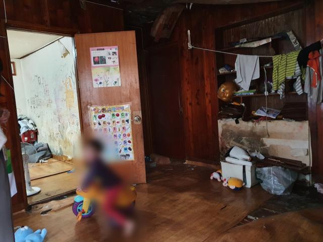 서구 비산동에 거주하는 서호(가명·5)의 집. 거실 바닥은 폭삭 내려앉았고 누수가 심해 벽지는 곰팡이가 피어있다. 청소마저 제대로 되지 않은 집에서 아이들이 놀고 있다. 배주현 기자