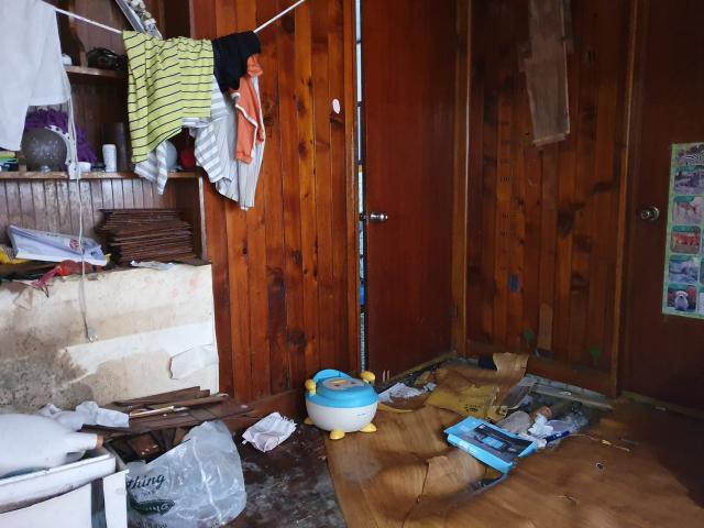 화장실 문지방 밑 바닥에 망가진 서호네 집. 배주현 기자