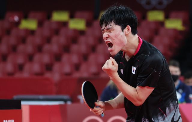 1일 일본 도쿄체육관에서 열린 도쿄올림픽 탁구 남자 단체전 한국과 슬로베니아의 16강전. 2경기에서 장우진이 요르기치를 상대로 득점 후 환호하고 있다. 연합뉴스