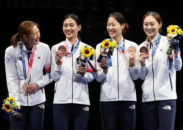 한국 여자 펜싱 샤브르 대표팀 (왼쪽부터) 최수연, 김지연, 서지연, 윤지수가 31일 일본 마쿠하리메세홀에서 열린 도쿄올림픽 펜싱 여자 샤브르 단체전에서 동메달을 획득한 뒤 시상대에 올라 메달을 들어 보이고 있다. 올림픽 여자 사브르 단체 종목에서 한국 대표팀이 메달을 딴 것은 이번이 처음이다. 연합뉴스