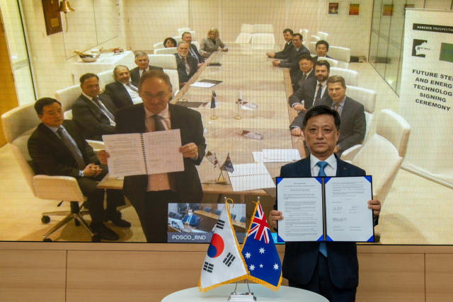 포스코 김학동 철강부문장과 핸콕 베리 피츠제랄드 로이힐 이사가 화상회의를 통해 탄소중립 협력을 위한 업무협약을 체결했다. 포스코 제공