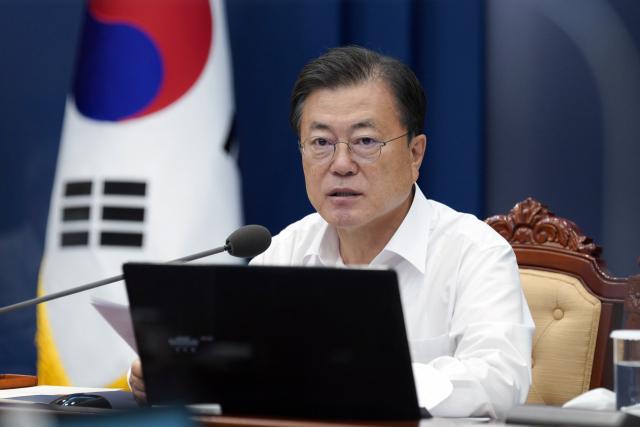 문재인 대통령이 2일 청와대에서 열린 수석·보좌관 회의에서 발언하고 있다. 연합뉴스