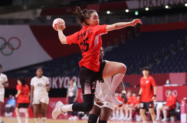 2일 일본 요요기 국립경기장에서 열린 도쿄올림픽 여자 핸드볼 A조 조별리그 한국과 앙골라의 경기. 정유라가 슛을 하고 있다. 연합뉴스