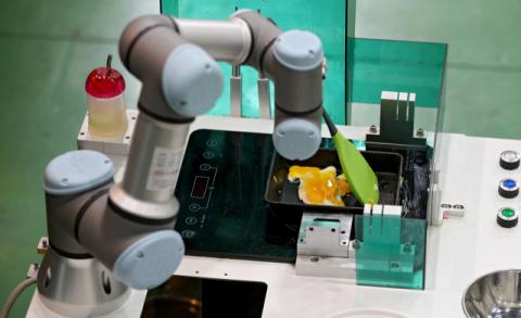 대구에서는 비수도권 최대 규모의 다양한 서비스로봇 제조 기업이 집적해 있다. 대구 로봇 제조업체 에이치알티시스템의 서비스 로봇이 계란프라이를 뒤집고 있다. 김영진 기자 kyjmaeil@imaeil.com