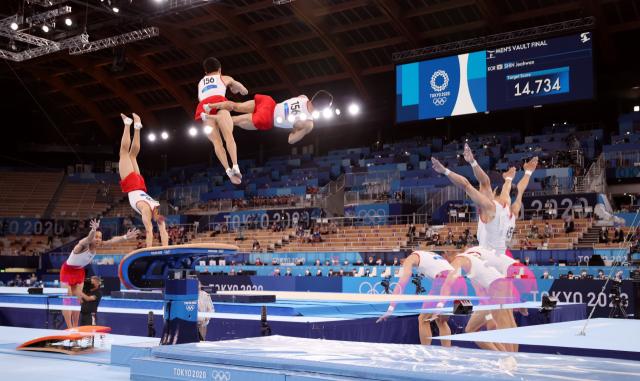 2일 일본 아리아케 체조경기장에서 열린 도쿄올림픽 남자 기계체조 도마 결선에서 신재환이 연기하고 있다. 다중 촬영. 연합뉴스