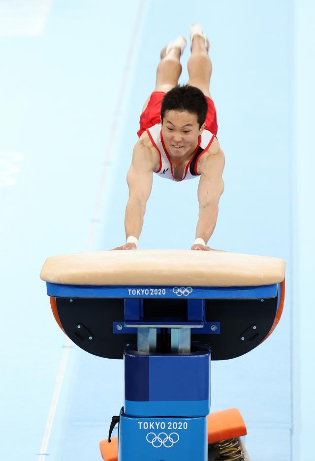 2일 일본 아리아케 체조경기장에서 열린 도쿄올림픽 남자 기계체조 도마 결선에서 신재환이 힘차게 도약하고 있다. 연합뉴스