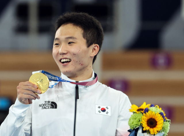 2일 일본 아리아케 체조경기장에서 열린 도쿄올림픽 남자 기계체조 도마 시상식에서 신재환이 금메달을 들고 미소짓고 있다. 연합뉴스