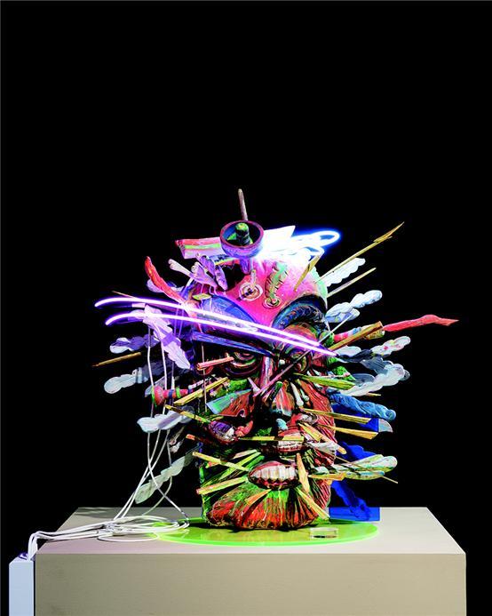 김기라 작 '20세기 영웅들-괴물 2'나무 조각에 혼합재료, 90x80x80cm 2019년