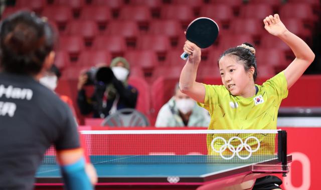 3일 일본 도쿄체육관에서 열린 도쿄올림픽 여자 탁구 단체전 8강 한국-독일 네 번째 단식. 신유빈이 포핸드 공격하고 있다. 연합뉴스