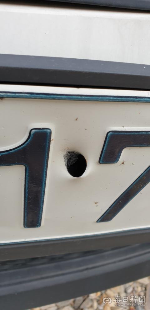 경주시 감포읍 오류리의 한 주민 차량 번호판에 총알이 관통한 자국이 뚜렷하다. 바로 옆 마을인 포항 장기면 수성사격장에서 시행된 군사 훈련 중 발생한 유탄으로 추정된다. 주민 제공