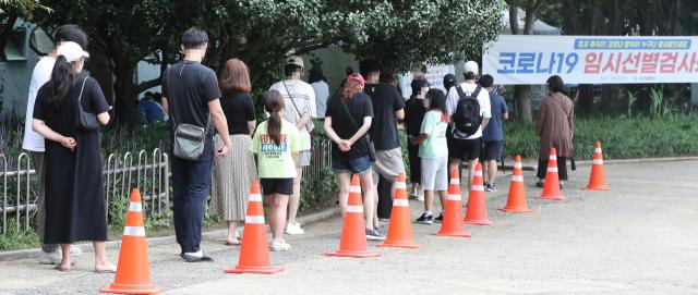 3일 대구 달서구 두류공원 코로나19 임시선별검사소에서 시민들이 검사를 받기 위해 순서를 기다리고 있다. 성일권 기자 sungig@imaeil.com