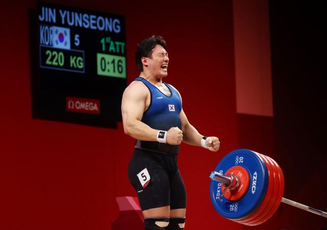 3일 일본 도쿄국제포럼에서 열린 도쿄올림픽 역도 남자 109kg급에 출전한 진윤성이 용상 1차 시기에서 220kg을 들어올리고 있다. 결과는 성공. 연합뉴스