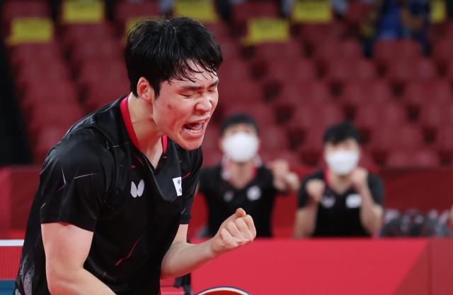 1일 일본 도쿄체육관에서 열린 도쿄올림픽 탁구 남자 단체전 한국과 슬로베니아의 16강전. 4경기에서 장우진이 코줄을 상대로 승리하며 8강 진출을 확정 짓고 환호하고 있다. 연합뉴스