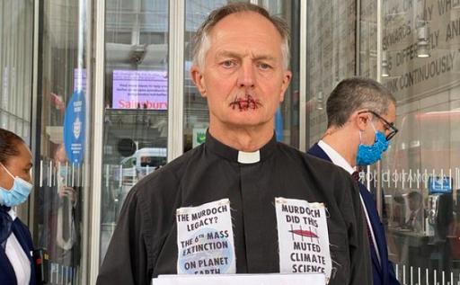 기후 시위에 나선 휴이스 신부. 기독교인기후행동 트위터