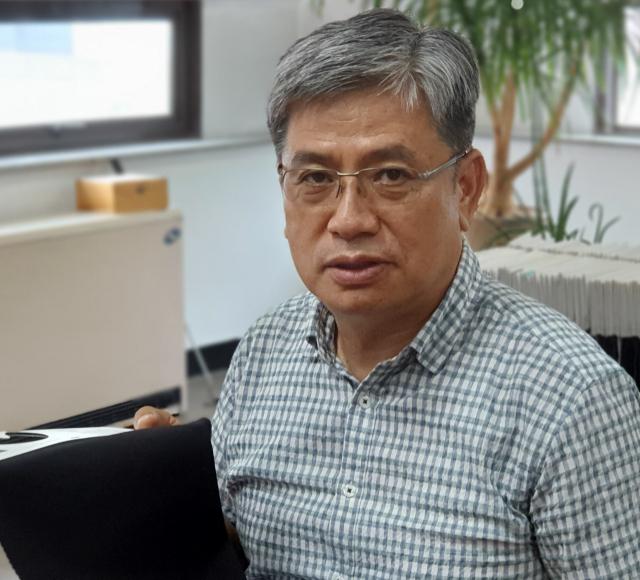 윤상배 신풍섬유 대표가 자체 원단 브랜드인 '스윙쿨'에 대해 설명하고 있다. 신중언 기자