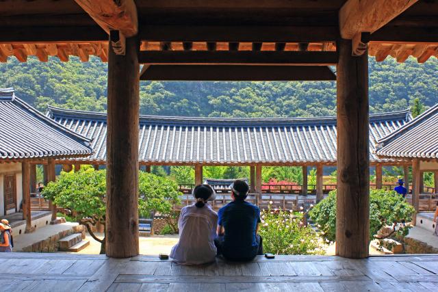 입교당의 대청마루에 앉아 여름을 즐기는 관광객