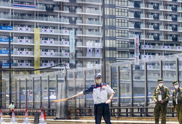 올림픽 관계자가 도쿄 하루미 지역 올림픽선수촌 한국 숙소동 주변에서 출입을 통제하고 있다. 연합뉴스