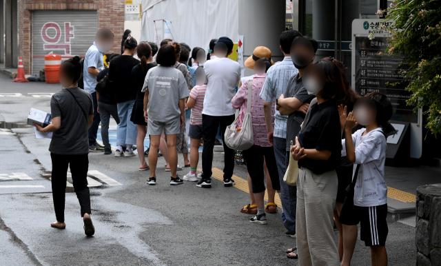 4일 오후 대구 수성구 보건소 선별진료소에서 시민들이 검사를 받기 위해 대기하고 있다. 김영진 기자 kyjmaeil@imaeil.com
