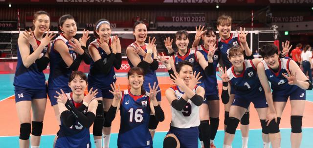 4일 일본 아리아케 아레나에서 열린 도쿄올림픽 여자 배구 8강 한국과 터키의 경기에서 승리, 4강 진출에 성공한 한국의 김연경 등 선수들이 환호하고 있다. 연합뉴스