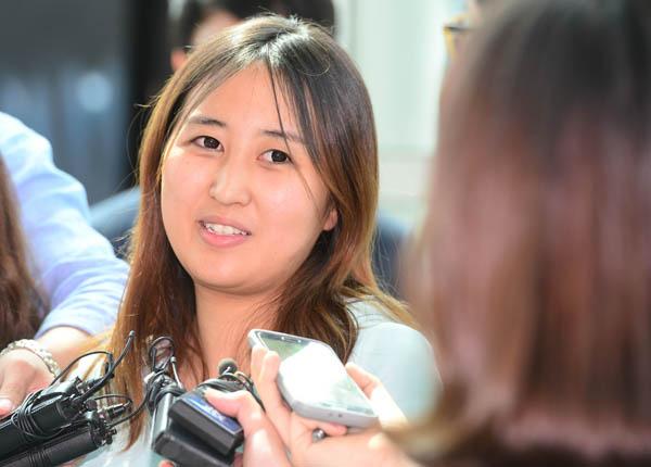 최서원(개명 전 최순실) 씨의 딸 정유라 씨가 지난 2017년 인천공항에서 취재진과 인터뷰를 하고 있다. 연합뉴스