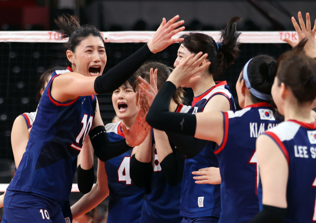 4일 일본 아리아케 아레나에서 열린 도쿄올림픽 여자 배구 8강 한국과 터키의 경기에서 승리, 4강 진출에 성공한 한국의 김연경(왼쪽) 등 선수들이 환호하고 있다. 연합뉴스