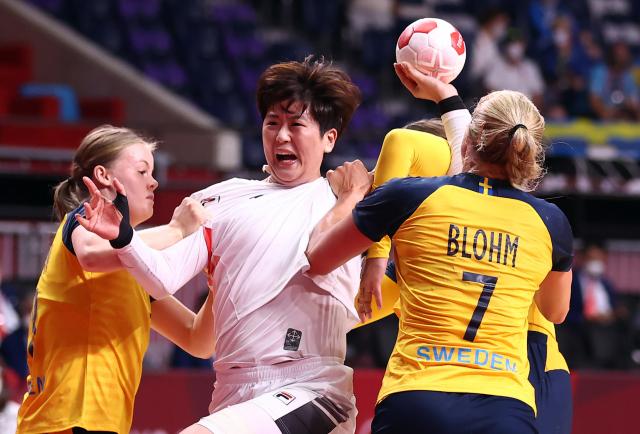 4일 일본 요요기 국립경기장에서 열린 도쿄올림픽 여자 핸드볼 8강 한국 대 스웨덴 경기. 류은희가 스웨덴의 수비에 막히고 있다. 연합뉴스