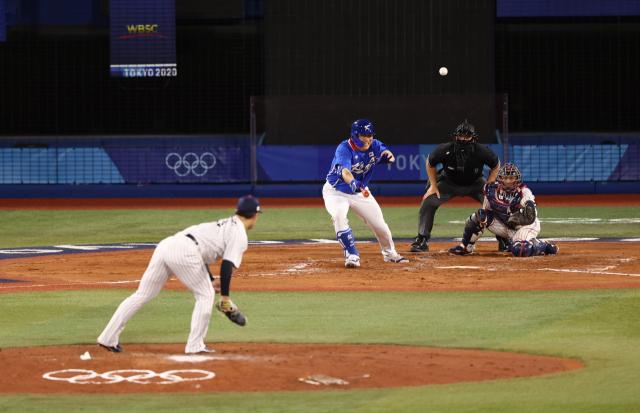 4일 일본 요코하마 스타디움에서 열린 도쿄올림픽 야구 준결승전 한국과 일본의 경기. 6회초 1사 1·3루에서 김현수가 동점 적시타를 치고 있다. 연합뉴스