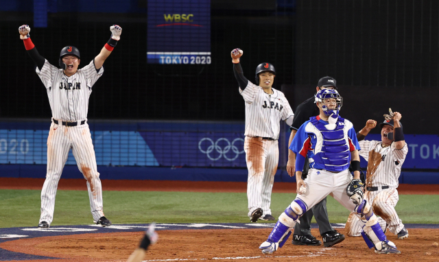 4일 일본 요코하마 스타디움에서 열린 도쿄올림픽 야구 준결승전 한국과 일본의 경기. 8회말 2사 만루 상황에서 포수 양의지가 3타점 2루타를 허용한 뒤 아쉬워하고 있다. 연합뉴스