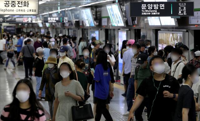 20일 오후 대구도시철도 2호선 반월당역에서 마스크를 쓴 시민들이 발걸음을 옮기고 있다. 김영진 기자 kyjmaeil@imaeil.com