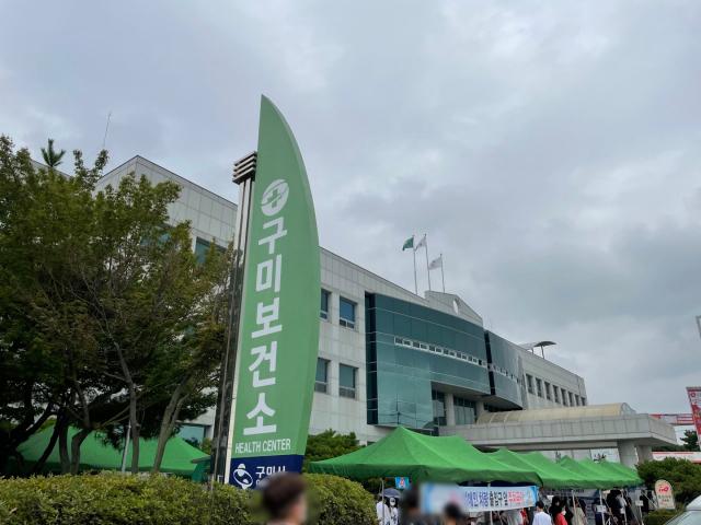 경북 구미보건소 선별진료소 앞에서 시민들이 검사를 받기 위해 줄을 서고 있다. 이영광 기자