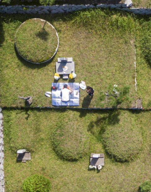 지난달 경북 칠곡군 현대공원을 찾은 한 시민들이 성묘를 하고 있다. 매일신문DB