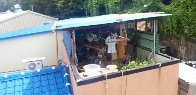 30일 오전 0시 10분쯤 대구 서구 비산동의 한 주택에서 할머니의 잔소리가 심하다는 이유로 고등학생 형제가 70대 친할머니를 흉기로 숨지게 하는 사건이 발생했다. 이날 오전 사건이 발생한 해당 주택 옥상에 교복이 널려 있다. 윤정훈 기자