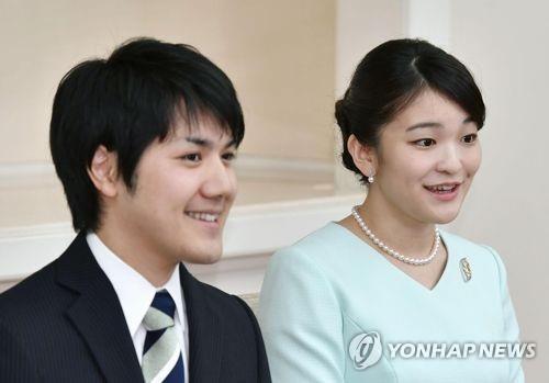 약혼 발표 기자회견 당시의 마코 공주와 고무로 게이. 연합뉴스