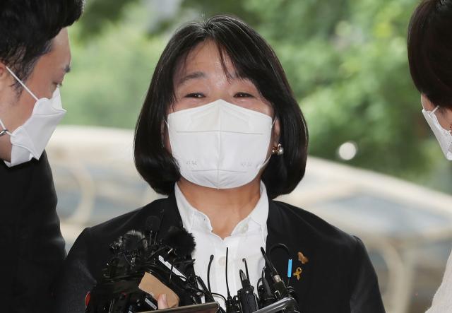 정의기억연대 후원금 유용 혐의 등으로 기소된 무소속 윤미향 의원이 지난달 11일 오후 첫 공판이 열리는 서울서부지법 형사합의11부 법정으로 향하고 있다. 연합뉴스