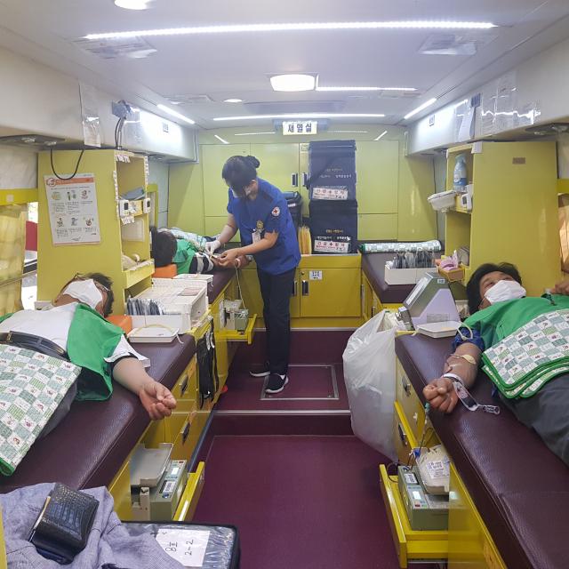 대구서구새마을회에서는 이동식 헌혈차량을 이용해 2달에 1번씩(1인 헌혈 주기 8주) 정기적으로 지도자들이 헌혈하고 있다. 대구시 제공