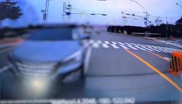 보험사기 일당이 좌회전 차량에 고의로 충돌하려는 장면. 대구경찰청 제공