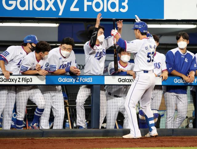 삼성라이온즈 이학주가 8일 대구삼성라이온즈파크에서 열린 롯데자이언츠와 경기에서 6회말 오재일의 솔로포에 이어 백투백 홈런을 쳐내고 덕아웃에서 축하를 받고 있다. 삼성라이온즈 제공