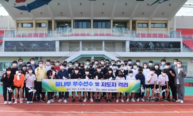 영천시체육회 임직원과 올해 상반기 주요 대회에서 입상한 꿈나무 우수 선수 및 지도자들이 기념촬영을 하고 있다. 영천시 제공